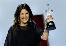 <p>Julia Roberts recebe prêmio Donastia por suas conquistas no 58o Festival de Cinema de San Sebastián. Com um elegante vestido escuro e seu famoso sorriso, a atriz norte-americana recebeu o prêmio das mãos de Javier Bardem. 20/09/2010 REUTERS/Vincent West</p>