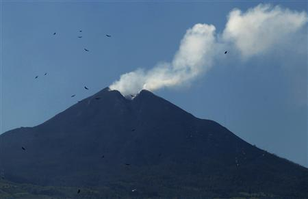 Smoke rises from the Pacaya volcano in San Vicente Pacaya, Guatemala, August 6, 2010. REUTERS/Daniel LeClair