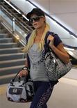 """<p>Пэрис Хилтон в аэропорту Нарита к востоку от Токио 22 сентября 2010 года. """"Светской львице"""" Пэрис Хилтон могут отказать во въезде в Японию из-за проблем с законом, сообщает информационное агентство Kyodo. REUTERS/Toru Hanai</p>"""