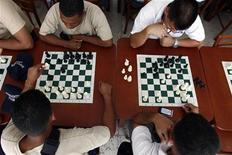 <p>Полицейские кадеты играют в шахматы в Каракасе 26 августа 2010 года. Министр спорта Йемена распустил сборную страны по шахматам за то, что та сыграла против Израиля на международном турнире, сообщил правительственный сайт во вторник вечером. REUTERS/Jorge Silva</p>