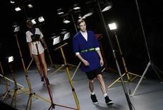 """<p>Modelos muestran las creaciones del diseñador David Delfin en la semana de la moda de Madrid. Sep 22 2010 Davidelfin, el """"enfant terrible"""" de la moda española, protagonizó el miércoles la jornada de clausura de la Cibeles Fashion Week, con una colección dominada por el azul, el blanco y el negro, que adornó con correas de mochilas a modo de tirantes o cinturones. REUTERS/Susana Vera</p>"""