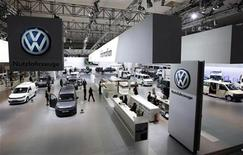 <p>Una muestra de vehículos Volkswagen en una feria en Hanover, Alemania. Sep 21 2010 La automotriz alemana Volkswagen AG dijo el miércoles que invertirá 550 millones de dólares en una nueva planta de motores en México, como parte de su estrategia de crecimiento en Norteamérica. REUTERS/Christian Charisius</p>