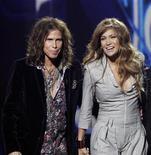 """<p>La estrella del pop y actriz Jennifer Lopez y el cantante de la banda de rock Aerosmith Steven Tyler durante su presentación como jueces del programa """"American Idol"""" en Inglewood, EEUU, sep 22 2010. Ambos serán los nuevos jurados en el concurso de canto en televisión """"American Idol"""", en un intento del programa de mantenerse como número uno entre el público. REUTERS/Mario Anzuoni</p>"""