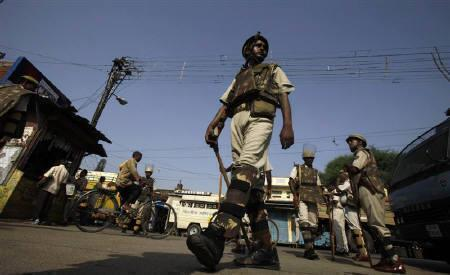 Policemen patrol a road in the northern Indian town of Ayodhya September 23, 2010. REUTERS/Adnan Abidi