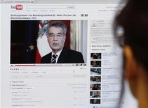 <p>Imagen de archivo de la página de YouTube en un computador en Viena. Nov 23 2009 YouTube, la página de Google para compartir videos de Google, dijo el jueves que ganó una demanda interpuesta por el canal español Telecinco que alegaba que la plataforma vulneraba los derechos de propiedad intelectual. REUTERS/Leonhard Foeger/ARCHIVO</p>