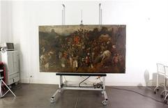 """<p>La pintura """"El vino en la fiesta de San Martín"""", de Pieter Bruegel """"el Viejo"""", durante su exhibición a medios en el Museo del Padro en Madrid, sep 23 2010. El Museo del Prado en España anunció el jueves el inusual hallazgo de un cuadro del pintor del siglo XVI Pieter Bruegel """"el Viejo"""", uno de los representantes más destacados de la pintura flamenca, de quien apenas se conservan 40 obras. REUTERS/Andrea Comas</p>"""