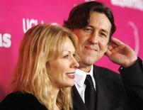 <p>Director Cameron Crowe (dir) e sua esposa Nancy na abertura do teatro Billy Wilder em Los Angeles. A roqueira entrou com um pedido de divórcio, segundo relatos online. 03/12/2006 REUTERS/Mario Anzuoni</p>