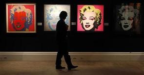 """<p>Foto de archivo de la obra """"Marilyn Monroe"""" del artista estadounidense Andy Wharhol expuesta en la galería Sotheby's de Londres, sep 13 2010. Una colección de más de 100 fotografías inéditas de Marilyn Monroe se puede ver por primera vez en el nuevo libro """"Marilyn: August 1953"""". REUTERS/Suzanne Plunkett</p>"""