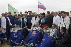 <p>Los astronautas Dyson, Skvortsov y Korniyenko luego de su aterrizaje cerca de Arkalyk, Kazajistán. Sep 25 2010 Dos astronautas rusos y una estadounidense suspendieron el viernes su regreso a la Tierra cuando su cápsula espacial no se separó de la Estación Espacial Internacional (EEI). REUTERS/Maxim Shipenkov/Pool</p>