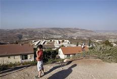 <p>Мальчик стоит на Западной стороне еврейского поселения Ицхар, к югу от Наблуса, 20 сентября 2010 года. Десятимесячный мораторий на строительство израильского поселения на Западном берегу реки Иордан истек в понедельник. REUTERS/Ronen Zvulun</p>