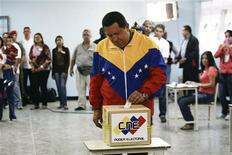 <p>Уго Чавес голосует на парламентских выборах в Каракасе 26 сентября 2010 года. Партия президента Венесуэлы Уго Чавеса получила большинство в парламенте страны, однако его противники получили более одной трети мест, что может позволить им ограничить полномочия главы государства, свидетельствуют предварительные результаты голосования. REUTERS/Gil Montano</p>