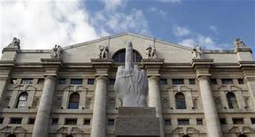 """<p>Cкульптура под названием """"L.O.V.E."""" итальянского скульптора Маурицио Каттелана перед Миланской фондовой биржей 25 сентября 2010 года. Мраморная скульптура в виде отрезанной кисти руки с поднятым средним пальцем была выставлена перед Миланской фондовой биржей, вызвав вокруг себя бурные споры. REUTERS/Stefano Rellandini</p>"""