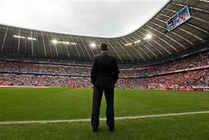 """<p>Тренер мюнхенской """"Баварии"""" Луи ван Гал перед матчем против """"Кёльна"""" в Мюнхене 18 сентября 2010 года. Мюнхенская """"Бавария"""" и ее действующий тренер Луи ван Гал пришли к соглашению о продлении контракта еще на один год до конца сезона-2012, сообщил клуб в понедельник. REUTERS/Michael Dalder</p>"""