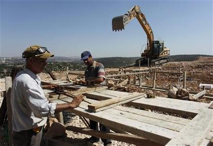 Palestinian labourers work on a construction site as building of a housing project resumes in the West Bank Jewish settlement of Yakir, south of Nablus September 27, 2010. I REUTERS/Nir Elias