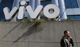 <p>Homem fala em frente a sede da Vivo. A Telefónica anunciou nesta segunda-feira a conclusão da compra de participação da Portugal Telecom na Vivo, fazendo o primeiro pagamento, de 4,5 bilhões de euros, dentro do cronograma acertado entre as duas empresas.30/06/2010.REUTERS/Nacho Doce</p>