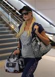 """<p>Foto de archivo de la celebridad Paris Hilton en el Aeropuerto Narita de Tokio, sep 22 2010. Una demanda entre Paris Hilton y la firma de tarjetas de saludos Hallmark se resolvió el martes cuando ambas partes alcanzaron un acuerdo sobre el uso de la imagen y la fase típica de la celebridad, """"that's hot"""". REUTERS/Toru Hanai</p>"""