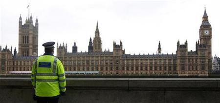 Ein englischer Polizist blickt auf das Parlamentsgebäude in London am 23. Januar 2010. REUTERS/Suzanne Plunkett