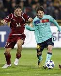 <p>Lionel Messi (D), do Barcelona, e o jogador do Rubin Kazan Salvatore Bocchetti disputam lance na partida que terminou 1 x 1. REUTERS/Grigory Dukor</p>