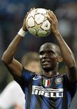 <p>Atacante da Inter de Milão Samuel Eto'o comemora os três gols marcados na goleada por 4 x 0 sobre o Werder Bremen em Milão. 29/09/2010 REUTERS/Alessandro Garofalo</p>