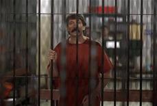 <p>Обвиняемый в торговле оружием россиянин Виктор Бут в криминальном суде Бангкока 4 октября 2010 года. Суд Таиланда отверг запрос на снятие дополнительных обвинений с находящегося в тайской тюрьме российского предпринимателя Виктора Бута, что может осложнить процесс его экстрадиции в США. REUTERS/Damir Sagolj</p>