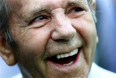 <p>Foto de archivo del veterano comediante británico Norman Wisdom durante un entrenamiento de la selección inglesa de fútbol en Albania, mar 27 2001. Wisdom murió a los 95 años, informó el lunes su sitio web y medios de su país.</p>