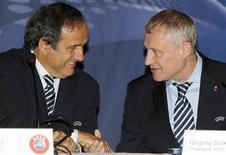 <p>Presidente da Uefa, Michel Platini (esq) e presidente da Federação de Futebol da Ucrânia, Grygoriy Surkis, em coletiva de imprensa no Minsk. 04/10/2010 REUTERS/Vasily Fedosenko</p>