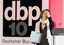 """<p>La escritora suiza Melinda Nadj Abonji celebra tras recibir el Premio Alemán del Libro 2010 por su novela """"Auf Tauben Fliegen"""" en Fráncfort, oct 4 2010. Abonji, nacida en Serbia, ganó el martes el Premio Alemán del Libro 2010 por su novela """"Auf Tauben Fliegen"""". REUTERS/Kai Pfaffenbach</p>"""