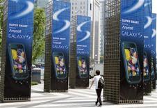 <p>Samsung Electronics dit avoir écoulé plus de cinq millions d'unités de son 'smartphone' Galaxy S depuis sa sortie en juin, comblant une partie de son retard sur ce segment dominé par Apple et Research In Motion. /Photo prise le 7 juillet 2010/REUTERS/Truth Leem</p>