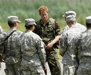 <p>Принц Гарри (в центре) общается с курсантами военной академии в Нью-Йорке 25 июня 2010 года. Документальный фильм, готовящийся к показу на британском ТВ, покажет, что могло бы случиться, если бы принц Гарри попал в плен во время службы в Афганистане. REUTERS/Mike Groll/Pool</p>