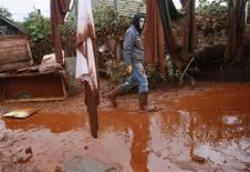 <p>A man walks on toxic sludge in the flooded village of Kolontar, 150 km (93 miles) west of Budapest October 6, 2010. REUTERS/Bernadett Szabo</p>