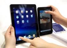 <p>Les tablettes multimédia iPad d'Apple (à gauche) et Galaxy Tab de Samsung. Les fabricants de disques durs comme Seagate ou Western Digital pourraient voir leur croissance ralentir à mesure que ces appareils prennent le pas sur les PC mais ces groupes ne semblent pas avoir dit leur dernier mot. /Photo prise le 2 septembre 2010/REUTERS/Thomas Peter</p>