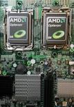 <p>Imagen de archivo de chips de AMD en Taipei. Abr 14 2010 Advanced Micro Devices (AMD) no está en venta, aunque el fabricante de chips escuchará las propuestas interesantes, dijo su presidente ejecutivo cuando se le preguntó por el reciente interés de Oracle en el sector. REUTERS/Pichi Chuang/ARCHIVO</p>