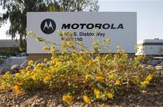 <p>Motorola a déposé des plaintes contre Apple pour violation de 18 brevets auprès de deux tribunaux américains et d'une instance de régulation. /Photo d'archives/REUTERS/Joshua Lott</p>