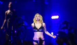 <p>Foto de archivo de la cantante Lady Gaga durante su gira Monster Ball en Nueva York, jul 7 2010. Canciones inéditas de Lady Gaga, melodías escritas a mano por Paul McCartney y ropa de la Princesa Diana y Elvis Presley están entre los exclusivos objetos de celebridades que serán subastados por internet este mes. REUTERS/Lucas Jackson</p>