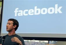 <p>Le cofondateur de Facebook, Mark Zuckerberg. Le réseau social a dévoilé mercredi de nouveaux outils censés donner aux utilisateurs davantage de contrôle sur leurs données personnelles en ligne, en renforçant la gestion de leurs groupes d'amis. /Photo prise le 6 octobre 2010/REUTERS/Norbert von der Groeben</p>