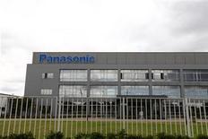 <p>Selon une source proche du dossier, le groupe d'électronique japonais Panasonic travaille à une console portable, un lancement qui marquerait son retour sur le marché du jeu vidéo. /Photo d'archives/REUTERS/Aly Song</p>
