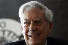 <p>Imagen de archivo del escritor peruano Mario Vargas Llosa, en la presentación de uno de sus libros en Madrid. Abr 29 2010 El escritor peruano Mario Vargas Llosa expresó sorpresa por haber obtenido el jueves el Premio Nobel de Literatura y hasta pensó que le jugaban una broma cuando supo la noticia. REUTERS/Susana Vera/ARCHIVO</p>
