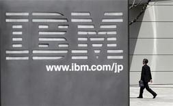 <p>Imagen de archivo del logo de IBM en una oficina en Tokio. Mar 18 2010 International Business Machines busca continuar con su reciente ola de adquisiciones al mismo ritmo que en los últimos años, dijo el jueves un ejecutivo de alto nivel de la empresa. REUTERS/Toru Hanai/ARCHIVO</p>