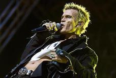 <p>Британский певец Билли Айдол на фестивале Sweden Rock в Сельвесборге 11 июня 2010 года.Британский панк-рокер Билли Айдол пишет мемуары, в которых обещает всю правду о наркотиках, выпивке и окружавших его женщинах. REUTERS/Claudio Bresciani/Scanpix</p>