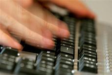 <p>Le gouvernement français a sommé mercredi l'opérateur Free de respecter l'obligation légale d'envoyer des avertissements aux internautes soupçonnés de piratage, comme le prévoit la loi Hadopi. /Photo d'archives/REUTERS</p>