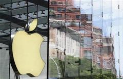 <p>Imagen de archivo del logo de Apple en una tienda en Nueva York. Jul 19 2010 BofA Merrill Lynch y Oppenheimer elevaron sus objetivos de valoración para las acciones de Apple, y dijeron que los buenos precios y las tendencias en monedas pueden ofrecer márgenes mejores a los esperados al fabricante del popular teléfono móvil iPhone en el cuarto trimestre. REUTERS/Lucas Jackson/ARCHIVO</p>