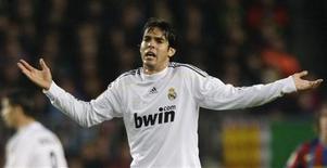 <p>Meia Kaká, do Real Madrid, seria bem recebido pelo Milan, clube pelo qual jgou por seis anos, disse Ronaldinho. REUTERS/Albert Gea</p>