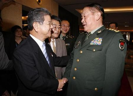 Japan's Defence Minister Toshimi Kitazawa (L) shakes hands with China's Defence Minister Liang Guanglie in Hanoi October 11, 2010. REUTERS/Kham