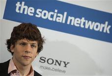 """<p>Jesse Eisenberg durante evento promovendo filme """"The Social Network"""" em Berlim. O filme assumiu o primeiro lugar nas bilheterias da América do Norte pelo segundo final de semana seguido. 05/10/2010 REUTERS/Thomas Peter</p>"""