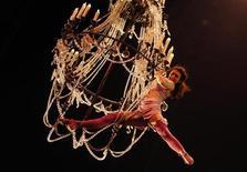 <p>O Cirque Du Soleil se apresenta durante ensaio em Moscou. A empresa canadense quer expandir seu negócio entre os amantes do circo na Rússia e criar uma presença permanente no país para 2015. 08/10/2010 REUTERS/Denis Sinyakov</p>