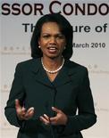<p>Imagen de archivo de la ex secretaria de Estado estadounidense Condoleezza Rice, durante una reunión en una universidad en Hong Kong. Mar 19 2010 Condoleezza Rice admite que el Gobierno de Bush cometió errores después de los ataques del 11 de septiembre, pero los lectores que buscan su opinión sobre las decisiones que llevaron a la guerra en Irak no encontrarán tal material en sus nuevas memorias. REUTERS/Bobby Yip/ARCHIVO</p>