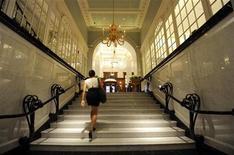 <p>Женщина поднимается по лестнице в холл отеля Savoy в Лондоне 10 октября 2010 года. Хотите устроить действительно эксклюзивную вечеринку? Отель Mandarin Oriental в Токио поможет в этом: за $671.800 можно снять отель целиком, включая все комнаты, спа-салоны и девять ресторанов. REUTERS/Paul Hackett</p>