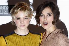 """<p>As atrizes britânicas Carey Mulligan e Keira Knightley posam para foto na première do filme """"Never Let Me Go"""" em um cinema de Leicester Square, centro de Londres, 13 de outubro de 2010. REUTERS/Andrew Winning</p>"""