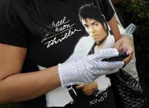 <p>A fan uses a mobile device while waiting in line to pay tribute to the late pop star Michael Jackson a year after his death at his grave site at Forest Lawn Memorial Parks and Mortuaries in Glendale, California June 25, 2010. PEOPLE-JACKSON/ REUTERS/Gus Ruelas</p>