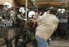 <p>Полиция разгоняет демонстрантов в Афинах, 14 октября 2010 года. Греческая полиция применила силу и слезоточивый газ для разгона 150 демонстрантов, блокировавших вход в Акрополь с требованиями выплатить им задержанную зарплату, сообщил журналист Рейтер, находящийся на месте столкновений. REUTERS/Yiorgos Karahalis</p>